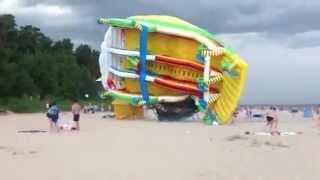 Gigantickou skluzavku na pláži vzal vítr