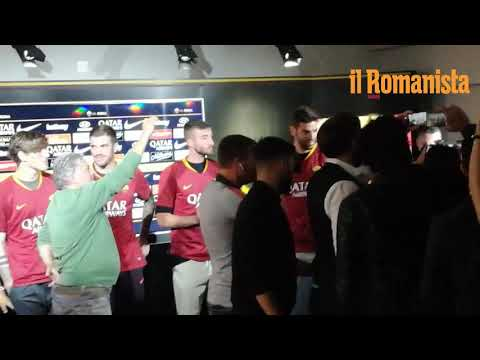 VIDEO - De Rossi abbraccia tutti i compagni: