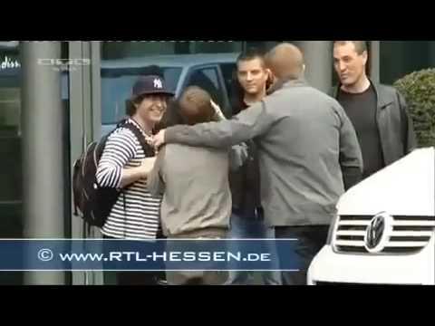 Justin Bieber se pega con una puerta de vidrio