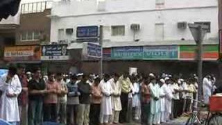 金曜日はイスラム教徒にとって重要な日。礼拝の時間が近づくと全ての店が一斉に閉まり、道路や歩道がそのまま「礼拝所」になってしまいます。