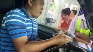 Dùng tiền lẻ mua vé BOT trạm Cai Lậy - Tiền Giang hài hước