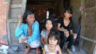 Xót cảnh 4 bà cháu sống giữa cánh đồng, nuôi con gái khờ khạo bị người ta dụ dỗ