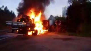 Veículos incendeiam após acidente na BR-116