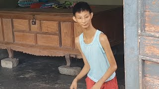 Xót thương cảnh mẹ đơn thân nuôi con tí hon 16 tuổi nặng 7kg | 16 years old but weighs only 7kg