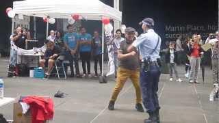 Уникална полицайка!!! Вижте този танц!!!