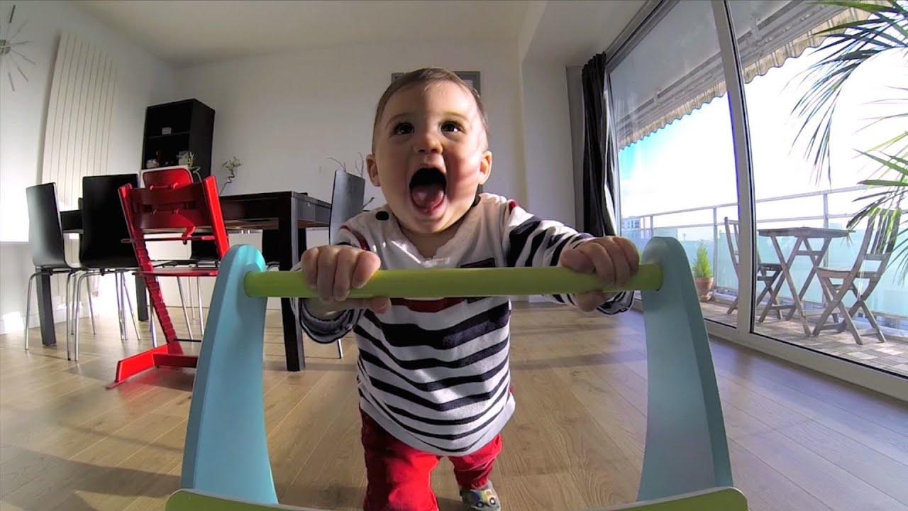 Un bébé apprend à marcher