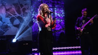 Kelly Clarkson Sings 'I Don't Think About You'
