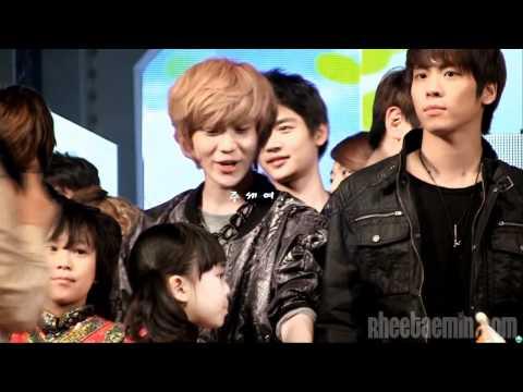 -1202- Taemin 'flirting' with little girl fancam