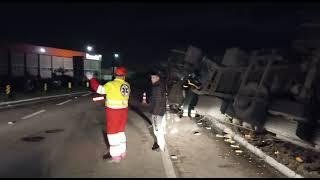 Carreta tomba e motorista fica ferido na BR-116 em Camaquã