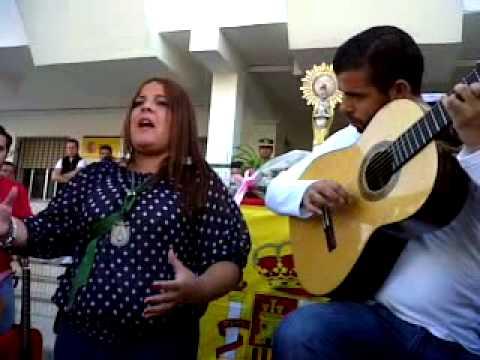 Cantando al simpecado de la hermandad de Punta Umbria