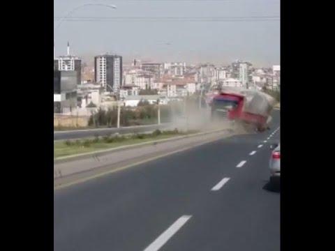 Freni boşalan kamyon trafikte geri geri gitti