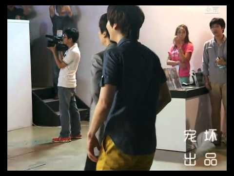 [fancam] 120814 Kyuhyun dancing to Sexy, Free & Single at S.M.ART Exhibition