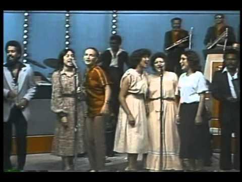 CUCO VALOY Y ORQUESTA con YASMIN OBJIO & SONIA SILVESTRE (80's) - Clavelitos Y Azucenas