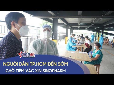 Người dân TP.HCM đến sớm, chờ tiêm vắc xin Sinopharm