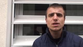 Agresat și reținut de poliție pentru că i-a filmat