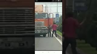 Hỗn chiến giữa 2 tài xế xe công