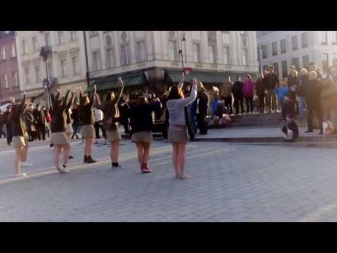 PROFESIONALNY tancerz ratuje Uliczny występ na placu zamkowym w Warszawie