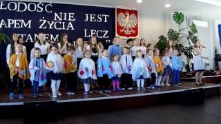 Występ Nikoli Kardas z Publicznej Szkoły Podstawowej w Wielgomłynach z towarzyszeniem czwartoklasisów