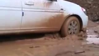 انطماس سيارة بالطين في كراج الكلية التقنية كركوك