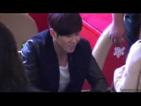 121208 Yunho telling the small boy that they are wearing the same jacket