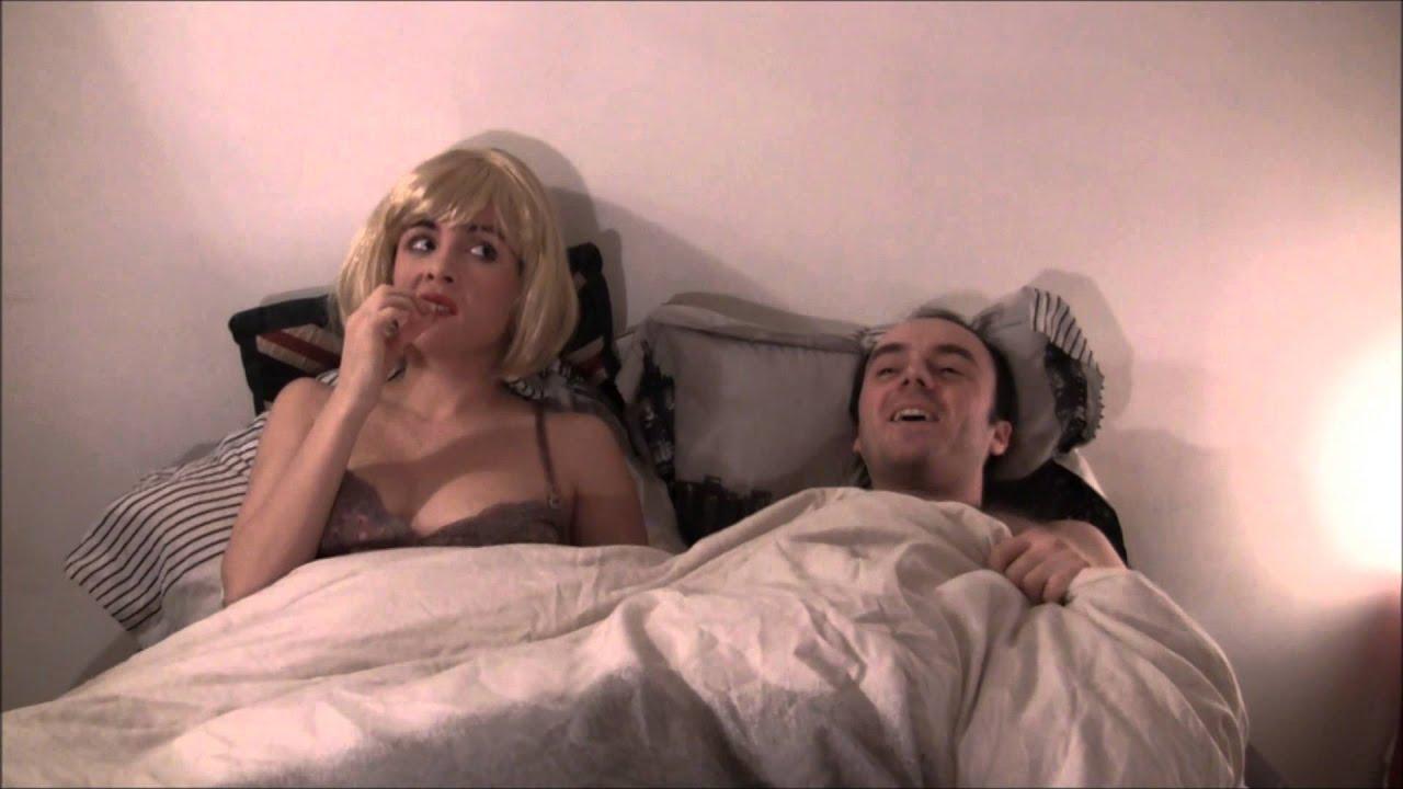 Une blonde au lit