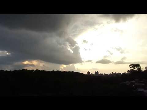Baixar Pôr do sol entre as nuvens em Porto Alegre