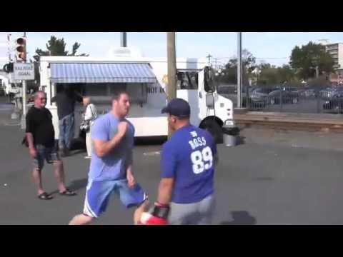 ММА борец предизвикува непознати луѓе на улица да се обидат да го удрат в лице. Човеков е брз!