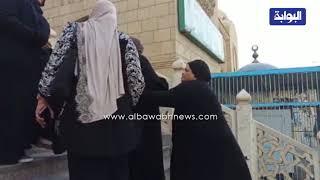 لحظة وصول والدة الفنانة quotشيرين عبد الوهابquot لأداء صلاة الجنازة علي زوجها ...