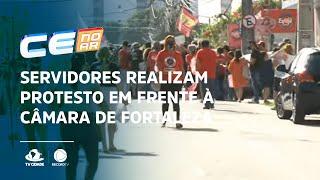 Servidores realizam protesto em frente à Câmara de Fortaleza
