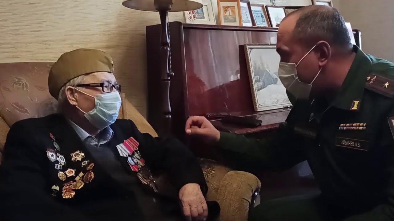 Связисты 2-й армии ЦВО поздравили ветерана, чье имя высечено на фронтоне Рейхстага