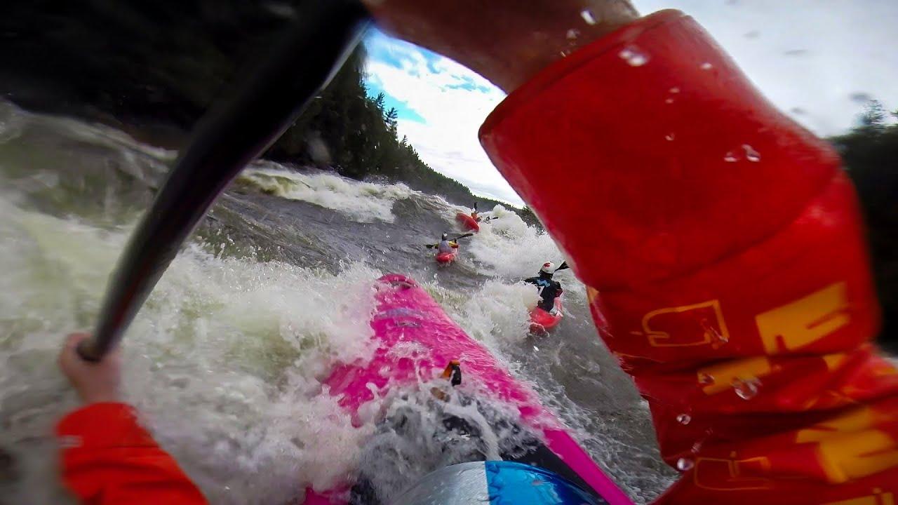 Une course de kayak dans les rapides canadiens