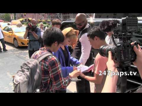 (120817) 2NE1 CL, Minzy, Dara, and Bom signs autographs before Leaving For there Concert