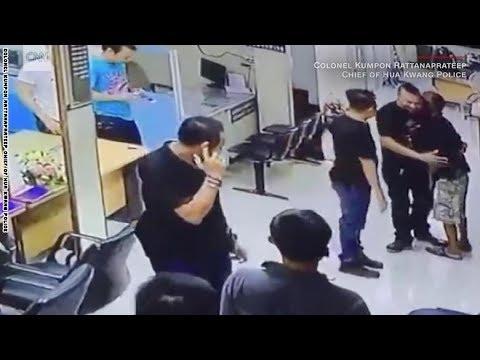 شاهد كيف منع هذا الشرطي رجلاً من الانتحار بسكين