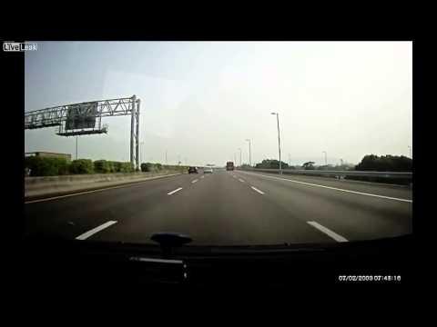Două maşini zboară prin aer după un accident pe o autostradă