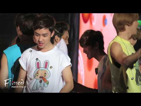 [FANCAM]120818 smtown ending-kai & luhan focus
