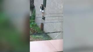 Snimao je komšinicu kako kroz prozor ulazi u kuću. Dobro gledajte šta će se desiti na 0:30 (VIDEO)
