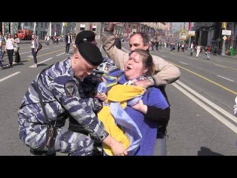 Шествие по Тверской с украинским флагом