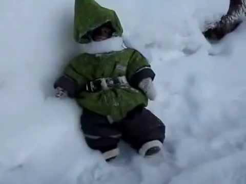 Tego jeszcze nie było! Małpa skacze na śniegu!