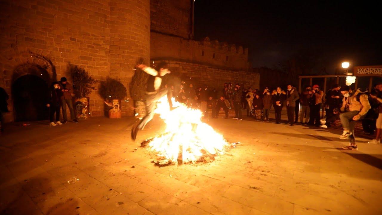 Баку: горожане жгут костры во дворах в честь Новруза