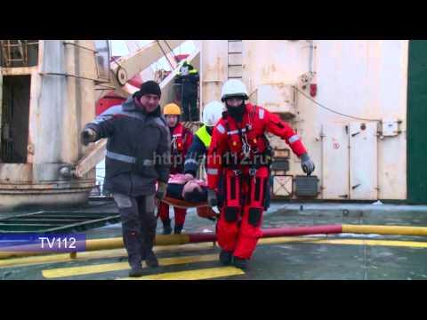 Эвакуация моряка с ледокола в Белом море