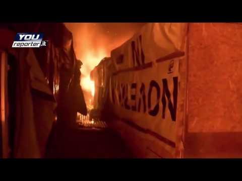 Calais, la Jungle in fiamme. Le immagini di Youreporter.it