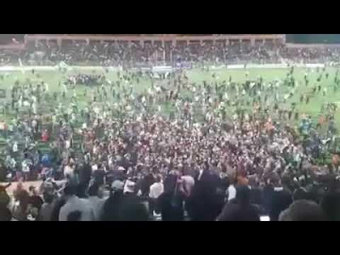 شاهد .. جماهير نهضة بركان تقتحم أرضية الملعب بعد التأهل