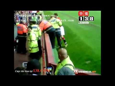 David Beckham 'xử lý' gọn gàng fan cuồng lao xuống sân
