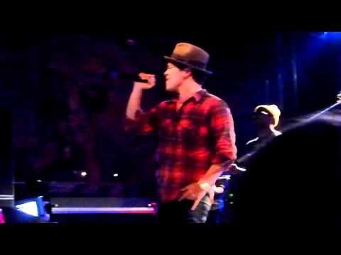 Baixar Bruno Mars - Talking To The Moon, live (Stuttgart 07.03.11)