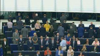 Los representantes del partido del Brexit dan la espalda cuando se interpreta el himno europeo