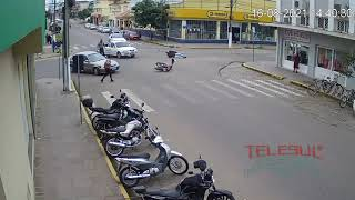 Acidente envolvendo moto e carro no centro de Camaquã