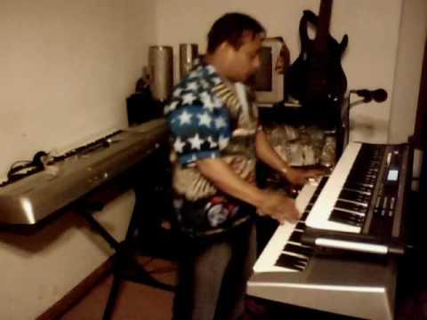 tocando bachatas en piano