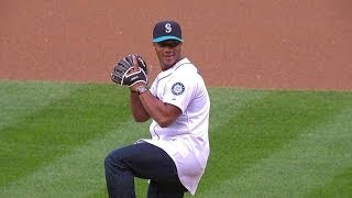 Seahawks QB Wilson throws out first pitch