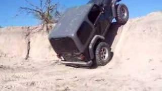Jeep rubicon monte presque verticalement