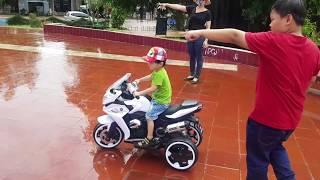 Tin và anh Hai đi chơi công viên | Bé Đi Công Viên Chạy Mô Tô - Kids Toy Media